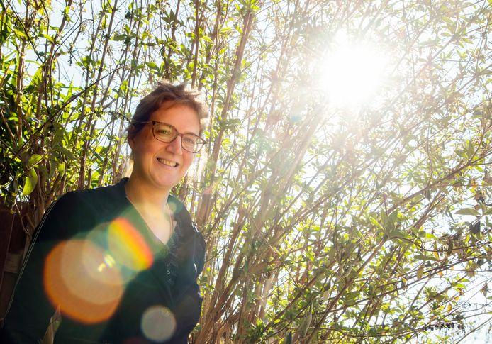 Trudie Rooijmans in haar voortuin in Ermelo. Trudie was stralingsvluchteling, maar ze heeft haar huis en haar levenswijze zo aangepast dat ze weer kan functioneren.