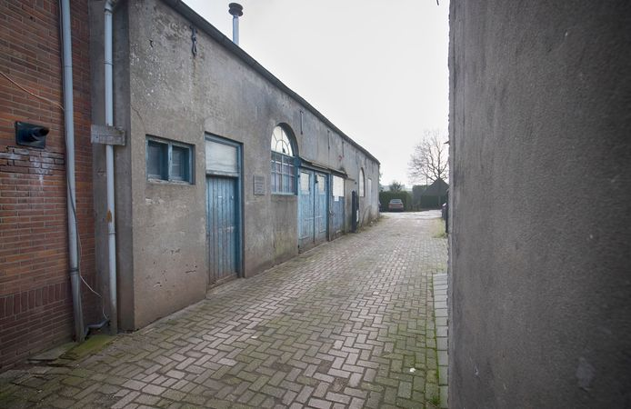 Het pad naar het voormalige schuilkerkje (links) dat straks de Dominee Riekelhof wordt.