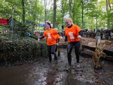 Ploeteren door een modderige visvijver en paardenbak in Broekland: lopers eerste Broekstacle Run gaan als de brandweer