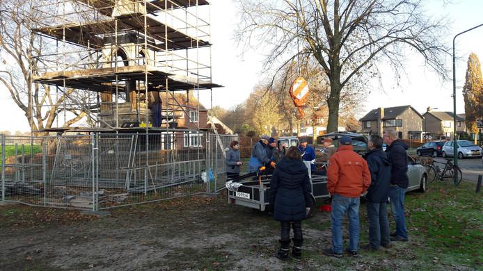 Vrijwilligers verzamelen zich op de driehoek bij de Westerwijk.