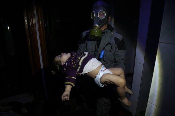 Een jong slachtoffer wordt weggedragen na de vermeende gifgasaanval in de Syrische stad Douma, twee weken geleden. Het beeld is verspreid door hulporganisatie White Helmets, die er door de Russen van worden beschuldigd de aanval in scène te hebben gezet.