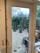 De familie markeerde vermoedelijke bloedspetters op onder andere de tuindeur in de woonkamer.