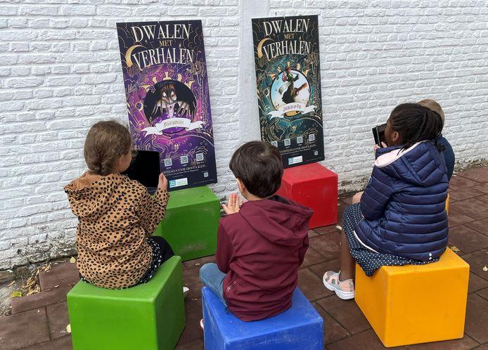 De kinderen van basisschool 't Pleintje testen de vertelwandeling 'Dwalen met verhalen' al even uit.