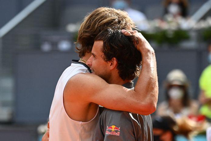 Alexander Zverev wordt gefeliciteerd door Dominic Thiem na het bereiken van de finale in Madrid.