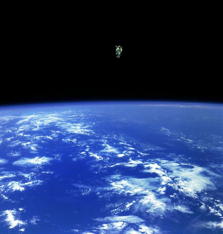 Dankzij een speciale jetpack kan astronaut Bruce McCandless II zich verder van zijn voertuig verplaatsen (bijna 100 meter) dan ooit eerder mogelijk was. Beeld NASA