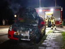 Auto brandt uit in Zwolle, politie ontdekt aanmaakblokje