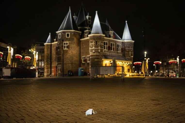 Een mondkapje op de Nieuwmarkt in Amsterdam.  Beeld ANP
