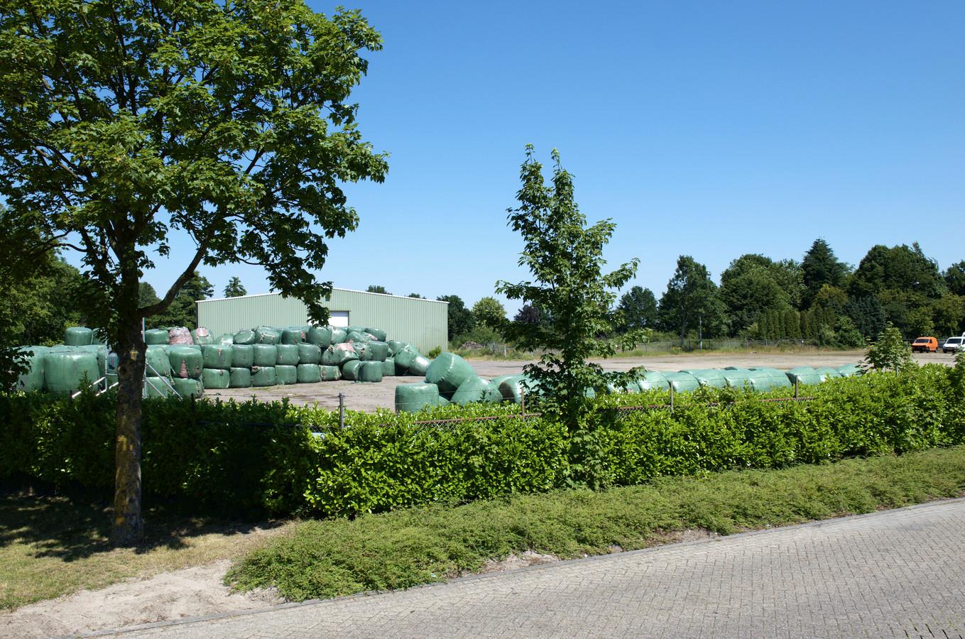 Meer dan 1.000 kubieke meter vuil lag in plastic te stinken aan de Handelsstraat in Hardenberg.