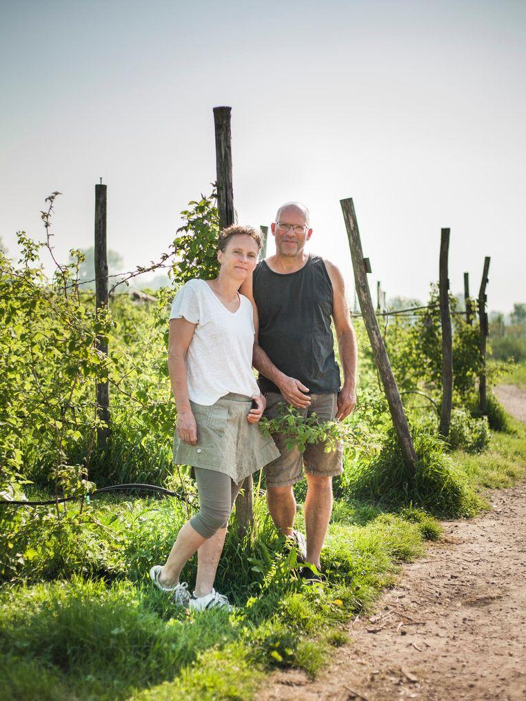 Lisan en Wil Sturkenboom (Fruittuin van West): 'Mooi om te zien hoe, bijvoorbeeld rond het kampvuur in de weekenden, alle soorten mensen hier samengaan.' Beeld Maarten Boswijk