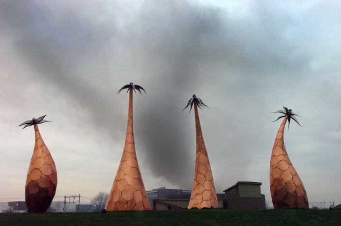 Donkere wolken boven de Margrieten, het kunstwerk dat symbool staat voor de vier dorpen van Gilze en Rijen.