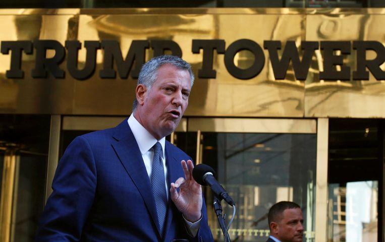 De New Yorkse burgemeester Bill de Blasio voor de Trump Tower in New York. Beeld Reuters