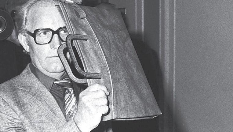In 1980 gebruikte Siert Bruins dat bruine, leren tasje nog om z'n gezicht te verbergen. Toen stond hij terecht voor de moord op twee Joodse broers. De afgelopen maanden had hij het - dag in dag uit - weer bij zich. Beeld Anefo