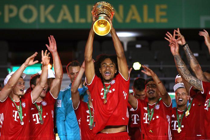 Joshua Zirkzee (m) heeft de DFB Pokal stevig vast.