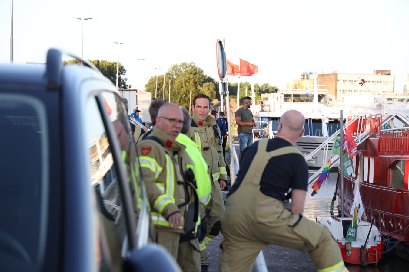 Politie en brandweer op de kade in Arnhem.