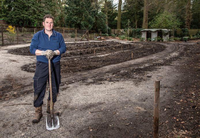Bert Pierik  is al bezig met de inrichting van de begraafplaats.