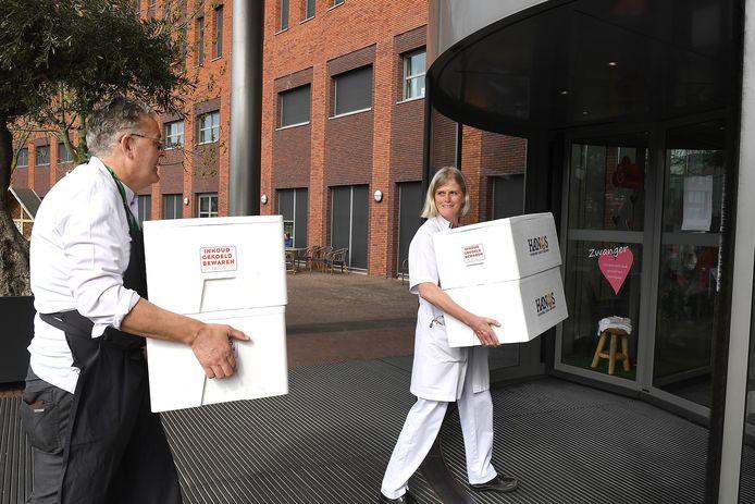 Meesterkok René Brienen heeft aspergemaaltijden gemaakt voor het personeel van het Maasziekenhuis.
