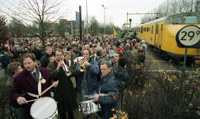 Met trompetspelende burgemeester Peter van der Velden van Rosmalen (met oranje shawl) en de wethouders voorop gingen de Rosmalenaren - 2000 man sterk - op 13 december 1994 naar Den Haag om te protesteren tegen de herindeling. Foto Jan Verhoeff