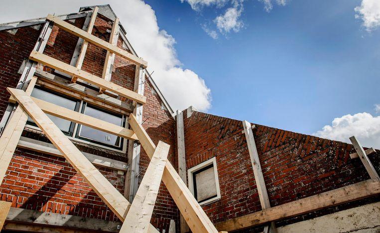 Een gebouw is verstevigd met balken als gevolg van aardbevingsschade die is ontstaan door de gaswinning van de NAM in Groningen. Beeld ANP