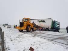 Vrachtwagen raakt van de Maas en Waalweg, bulldozer nodig om uit de berm te krijgen