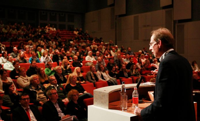 De Britse topwetenschapper Simon Baron Cohen tijdens een toespraak in het Evoluon. Hij toonde in 2011 aan dat in de Brainportregio dubbel zoveel mensen met autisme wonen dan in andere delen van ons land. (archieffoto)