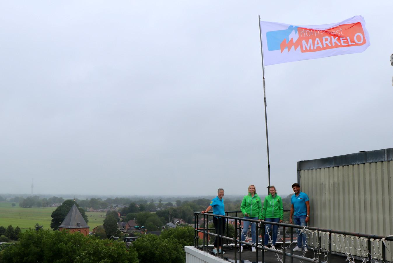 Het dagelijks bestuur van het Dorpsfeest Markelo op de silo van veevoederfabriek ABZ.