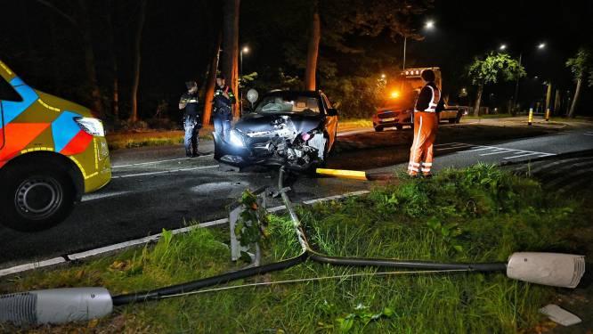 Man rijdt met auto lantaarnpaal uit de grond in Oisterwijk en raakt gewond