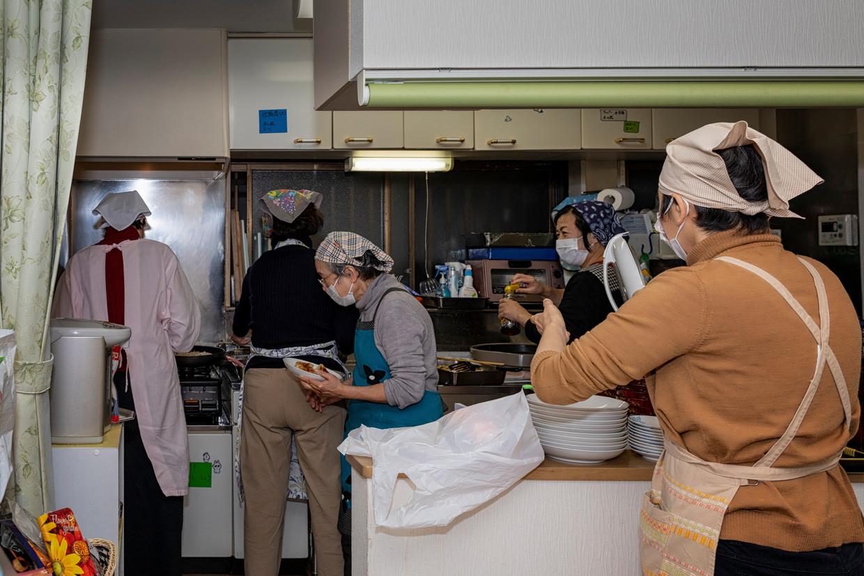 In Tokio koken vrijwilligers van het project Kodomo-Shokudo voor moeders met kinderen die onder de armoedegrens leven.  Beeld Tanja Houwerzijl