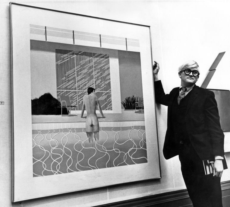David Hockney naast zijn schilderij 'Peter Getting out of Nick's Pool' in Liverpool (1967).  Beeld Getty Images
