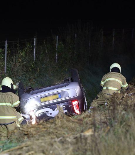 Auto belandt in sloot na botsing op A50 bij Schaijk