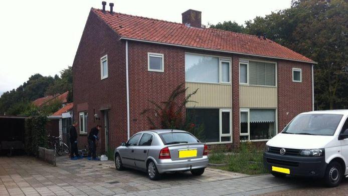 De dag na de overval deed de politie technisch onderzoek bij de woning in Raalte. Foto Gerard Potijk