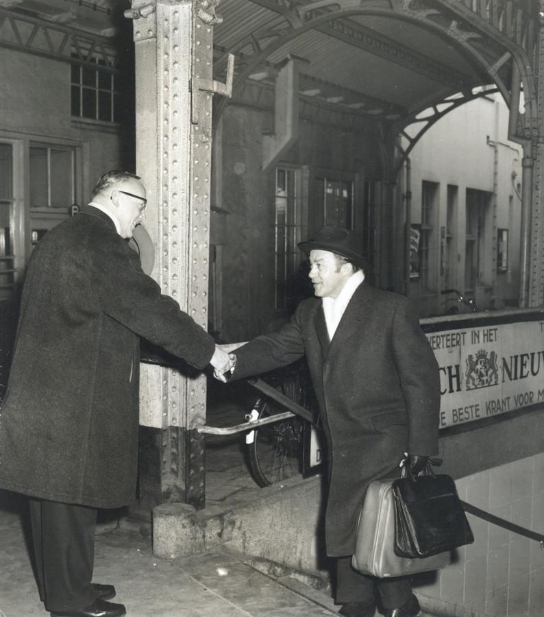 De Duitse verkeerskundige Feuchtinger arriveert half januari 1959 op het Centraal Station in Utrecht om zijn verkeersplannen tijdens een besloten raadsvergadering toe te lichten.