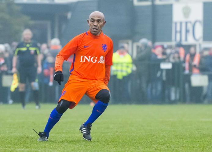 Simon Tahamata in het shirt van de oud-internationals. Het door hem gesigneerde Feyenoordshirt gaat ruim aan kop bij de veiling voor de aardbevingsslachtoffers op de Molukken.