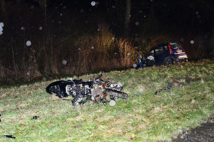 De motorrijder kwam om het leven na een frontale botsing met een personenauto.