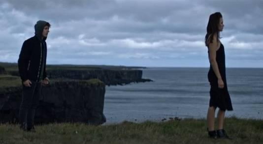 Een still uit de videoclip van 'IJskoud'.