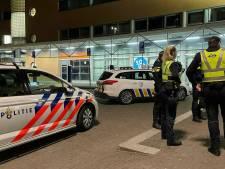 Verwarde man springt bij Hilversum in beveiligingsauto NS