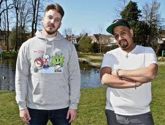 """Bryan (24) en Tim (35) nemen coronamaatregelen op de korrel met kledinglijn Mr. Virus Movement: """"Betogen kan niet, maar voor t-shirt krijg je geen boete"""""""