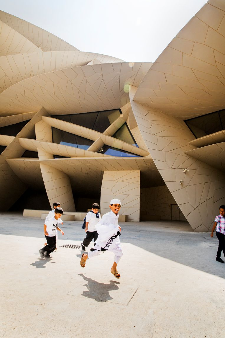 Het Nationale Museum van Qatar ziet er van een afstand uit als een duinlandschap. Architect Jean Nouvel liet zich inspireren door een woestijnroos.   Beeld Marie Wanders