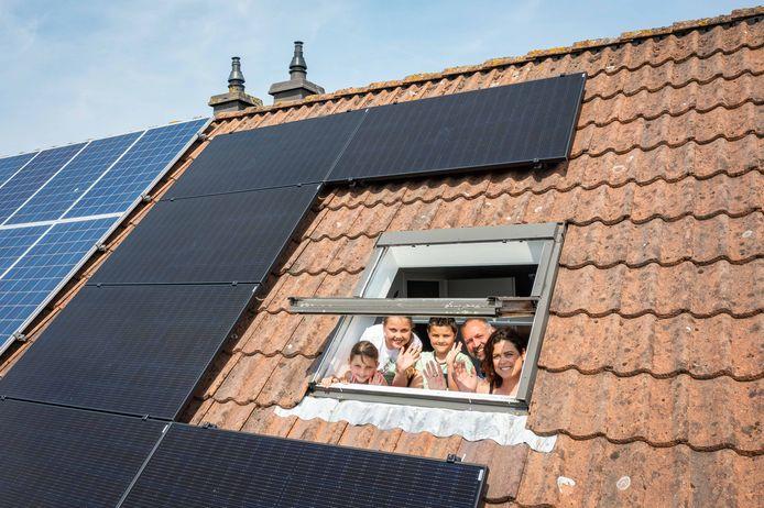 Familie Groenendijk - vader Aris, moeder Bianca en hun kinderen Sepp, Nova en Mila - bewonen het 50.000ste huis in Zeeland met zonnepanelen.