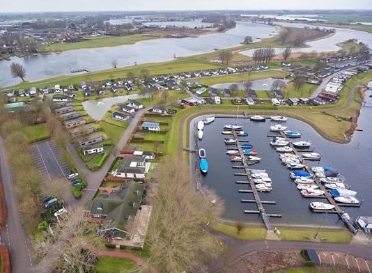 Het Esmeer langs de Afgedamde Maas in Aalst, met op de voorgrond de jachthaven en daarachter het recreatiepark.