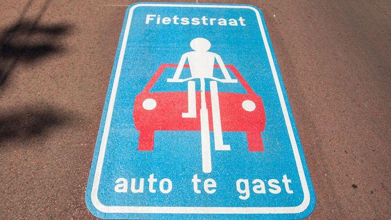 Waarschuwingsschildering op de autoluwe Sarphatistraat Beeld Jesper Boot