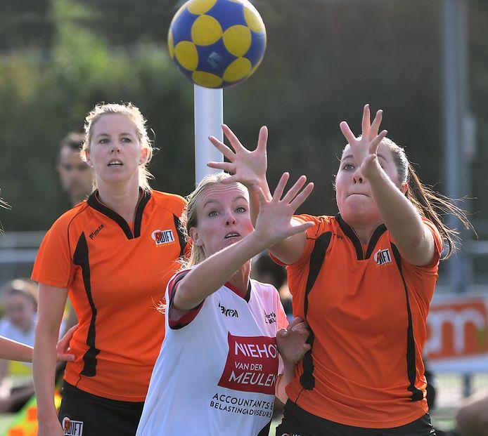 Aïsja Zuidweg (rechts) is in een duel verwikkeld. Links ploeggenote Eefje van den Berg.