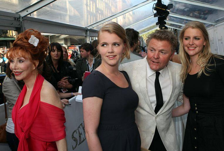 Marijke Helwegen (L), journalist Rene Mioch en zijn dochters. Foto ANP<br /> Beeld