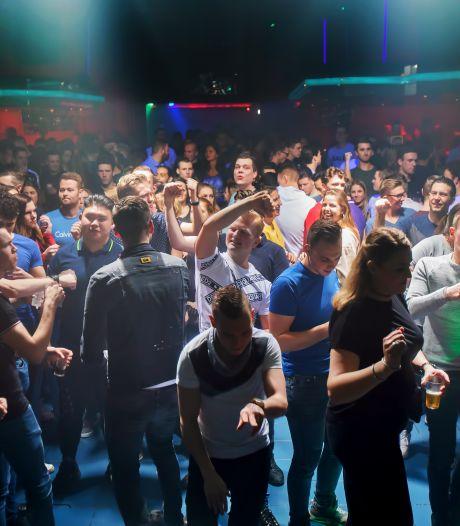 Eindelijk gaan de discodeuren weer open bij Oscars in Raamsdonksveer: 'Het voelt als nostalgie'