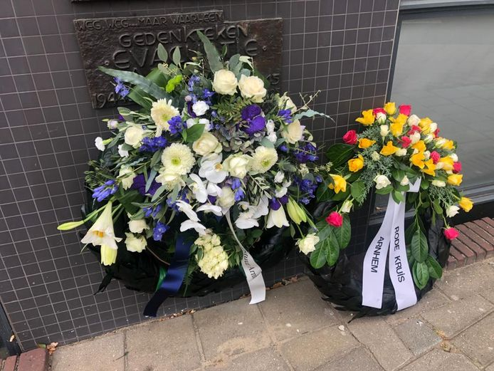 Kransen namens het stadsbestuur van Arnhem en het Rode Kruis bij de plaquette die herinnert aan de evacuatie in september 1944.