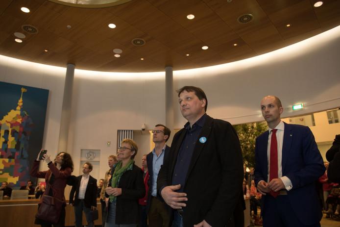 Verkiezingsavond in het gemeentehuis van Kampen. Op de voorgrond Jan Willem Schutte (CU) met rechts Geert Meijering (CDA).
