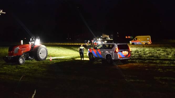 Man valt van sporttrekker op boerenerf in Terborg en raakt zwaargewond, traumahelikopter landt