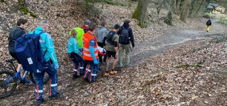 Mountainbiker (13) komt lelijk ten val in bos bij Ubbergen: gewond naar ziekenhuis