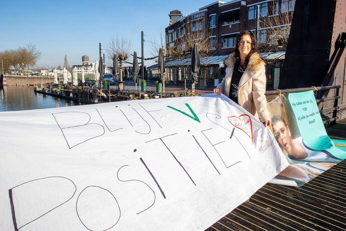 Sandy Korff wild een tegenwicht bieden aan alle negativiteit van afgelopen weekend. Ze danste maandagochtend op de Veestraatbrug.