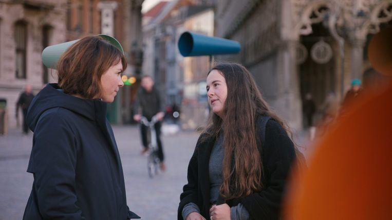 De vragen werden gesprokkeld tijdens straatinterviews bij een breed publiek.  Beeld © VRT - Roses are blue