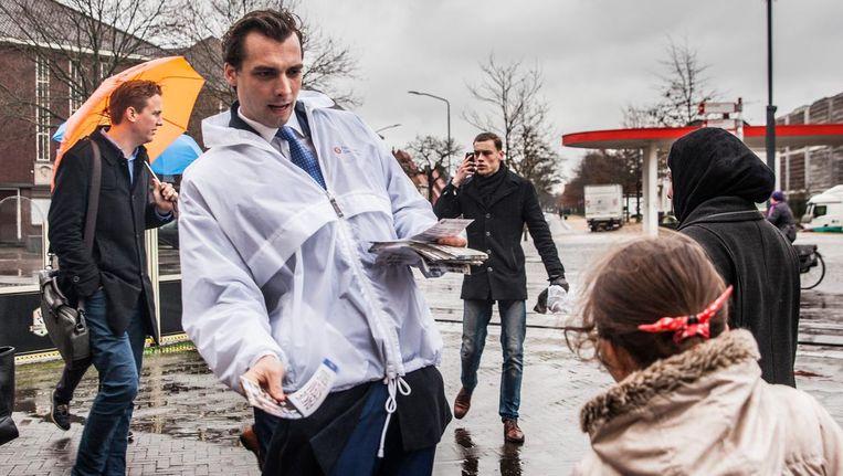 Thierry Baudet deelt een folder uit. Beeld Aurélie Geurts